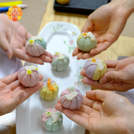 Bean paste rice cake decorated with K.tradition clothes motive