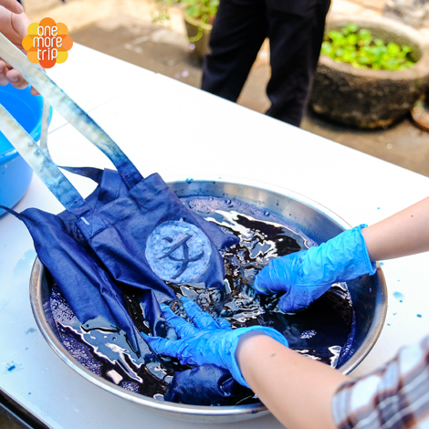 Make your own canvas tote bag by using natural traditional Korean indigo, jjok