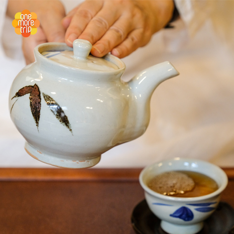 Experience traditional Korean culture by participating in a tea ceremony!